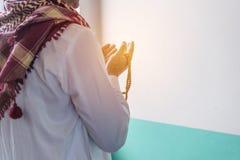 Moslemischer Mann des Islams im kundenspezifischen Kleid betend Lizenzfreie Stockfotografie