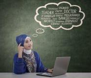 Moslemischer Student denkt ihre Ideale Stockfotografie