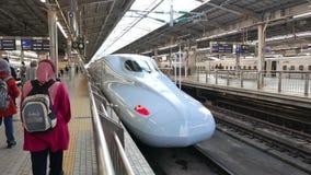 Moslemischer Tourist vor einer Reihe Shinkansen N700A stock video