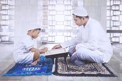 Moslemischer Vater und Sohn, die in Istiqlal-Moschee betet Lizenzfreie Stockfotos