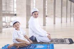 Moslemischer Vater und Sohn, die in Istiqlal-Moschee betet Lizenzfreies Stockfoto