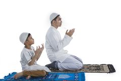 Moslemischer Vater und Sohn, die zusammen betet Stockbild