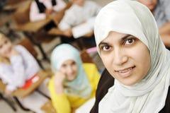 Moslemischer weiblicher Lehrer im Klassenzimmer Stockfotografie