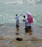Moslemisches Familienfischen Stockfotos