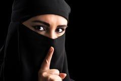 Moslemisches Frauenporträt mit ruhigem Symbol Stockfotografie