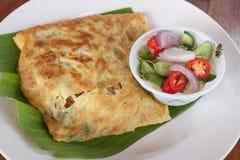 Moslemisches Lebensmittel Martabak Thailands oder murtabak, angefülltes Brot Stockfoto