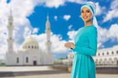 Moslemisches Mädchen auf Moscheenhintergrund Stockbild