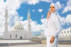 Moslemisches Mädchen auf Moscheenhintergrund Stockbilder