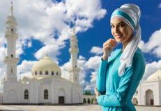 Moslemisches Mädchen auf Moscheenhintergrund Lizenzfreies Stockfoto