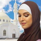 Moslemisches Mädchen auf weißem Moscheenhintergrund Lizenzfreie Stockfotos