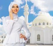 Moslemisches Mädchen auf weißem Moscheenhintergrund Lizenzfreie Stockbilder