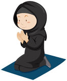 Moslemisches Mädchen, das auf der Matratze betet Lizenzfreies Stockfoto