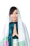 Moslemisches Mädchen, das zur Kamera, lokalisiert auf Weiß lächelt Stockfoto