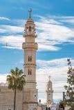 Moslemisches Minarett und christliche Kirche am Hintergrund in Bethlehem, Palästina stockfotografie