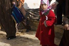 Moslemisches Schulmädchen auf der Tempel-Montierung Stockfoto