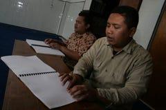 Moslems, die Blindenschrift-koran Quran lesen Lizenzfreie Stockbilder