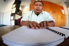 Moslems, die Blindenschrift-koran Quran lesen Lizenzfreie Stockfotos