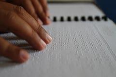 Moslems, die Blindenschrift-koran Quran lesen Lizenzfreies Stockfoto