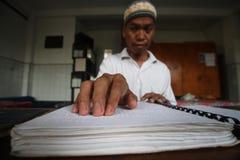 Moslems, die Blindenschrift-koran Quran lesen Lizenzfreies Stockbild
