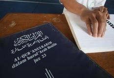 Moslems, die Blindenschrift-koran Quran lesen Stockbilder