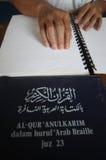Moslems, die Blindenschrift-koran Quran lesen Stockfoto