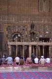Moslems, die in einer Moschee beten Stockbild
