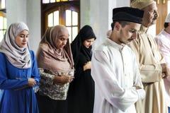 Moslems, die in Qiyaam-Lage beten stockbilder