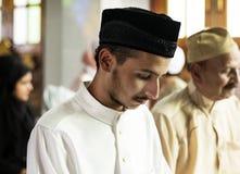 Moslems, die in Qiyaam-Lage beten lizenzfreie stockfotografie