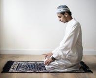 Moslems, die in Tashahhud-Lage beten lizenzfreie stockfotos