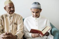 Moslems, die vom Quran lesen lizenzfreies stockbild