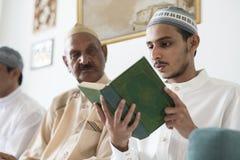 Moslems, die vom Quran lesen stockfotografie
