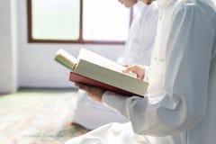 Moslems, die vom Quran lesen stockbild