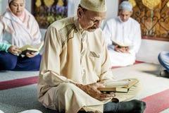 Moslems, die vom Quran lesen lizenzfreie stockfotografie