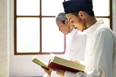 Moslems, die vom Quran lesen stockfotos
