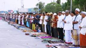 Moslems, die zusammen am Hafenfeld beten stock video footage