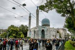 Moslems feiern Eid al-Fitr nahe der zentralen Moschee in St.-Haustier Stockbild