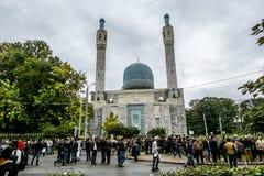 Moslems feiern Eid al-Fitr nahe der zentralen Moschee in St.-Haustier Stockfotos