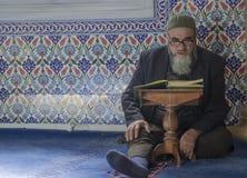Moslems finden Frieden, indem sie den Quran an der Moschee lesen Lizenzfreie Stockfotos