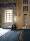 Moslems finden Frieden, indem sie den Quran an der Moschee lesen Stockfoto