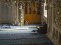 Moslems finden Frieden, indem sie den Quran an der Moschee lesen Stockbild