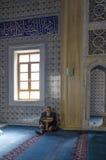 Moslems finden Frieden, indem sie den Quran an der Moschee lesen Stockbilder