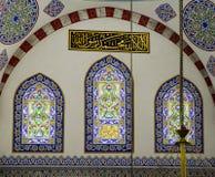 Moslems finden Frieden, indem sie den Quran an der Moschee lesen Stockfotografie