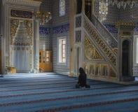 Moslems finden Frieden, indem sie den Quran an der Moschee lesen Lizenzfreies Stockfoto