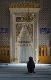 Moslems finden Frieden, indem sie den Quran an der Moschee lesen Lizenzfreie Stockfotografie