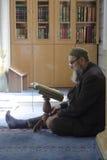 Moslems finden Frieden, indem sie den Quran an der Moschee lesen Lizenzfreies Stockbild