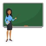 Moslems oder brasilianische schauende Lehrerin, die in der Schule vor unterrichtendem Studenten der Tafel im Klassenzimmer stehen Stockfotos