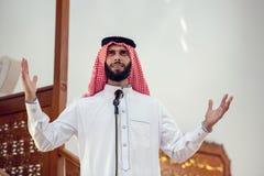 Moslems oder der Assistent zum Imam, zu den Anrufen für Gebet oder zur Ausführung azan stockfotografie