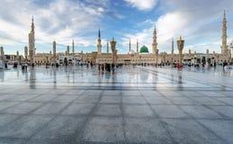 Moslems traten für Anbetung Nabawi-Moschee, Medina, Saudi-Arabien zusammen stockbilder