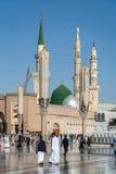 Moslems traten für Anbetung Nabawi-Moschee, Medina, Saudi-Arabien zusammen stockbild