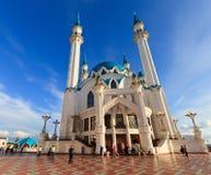 Moslems verlassen die Moschee nach Abendgebeten Lizenzfreies Stockfoto